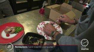 Des restaurateurstravaillent pour la Saint-valentinen faisant des menus à emporter (France 2)