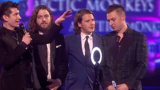 """Les Arctic Monkeys recevant l'Award du Meilleur Album pour """"AM"""" aux Brit Awards 2014.  (Brit Awards)"""
