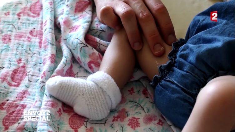 Léonie, atteinte d'une malformation mal diagnostiquée à sa naissance (FRANCE 2 / FRANCETV INFO)