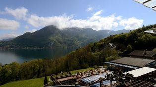 La vue que les joueurs islandais auront depuis leurs chambres de l'hôtel Les Trésoms, à Annecy (Haute-Savoie), qu'ils occuperont pendant l'Euro 2016. (JEAN-PIERRE CLATOT / AFP)