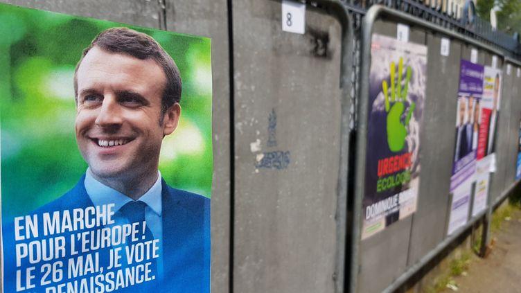 L'affiche de campagne pour les élections européennes d'En Marche Renaissance avec Emmanuel Macron en photo. (JEAN-FRANCOIS FREY / MAXPPP)