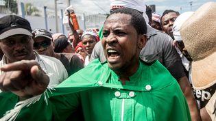 Un leader religieux haïtien controversé, Mackenson Dorilas, au cours d'une manifestation contre le président haïtien Jovenel Moise. (VALERIE BAERISWYL / AFP)