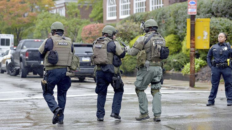 Des policiers à l'extérieur d'une synagogue de Pittsburgh (Etats-Unis) où a eu lieu une fusillade, le 27 octobre 2018. (PAM PANCHAK / AP / SIPA)