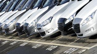 Des voitures de la marque PSA Peugeot-Citroën sont alignées sur le parking de l'usine d'assemblage, à Rennes. (DAMIEN MEYER / AFP)