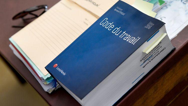 Un exemplaire du Code du travail au conseil des prud'hommes d'Arles (Bouches-du-Rhône), le 4 octobre 2018. (GERARD JULIEN / AFP)