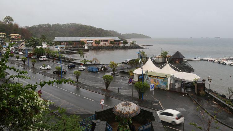 Le bord de mer est submergé à Mamoudzou sur l'île de Mayotte, le 8 décembre 2019. (ALI AL-DAHER / AFP)