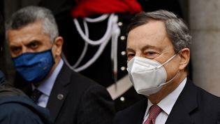 """Le nouveauPremier ministreitalienMario Draghiarrive au Sénat, le 17 février 2021 àRome.Il a appelé à """"reconstruire"""" le pays frappé de plein fouet par la crise sanitaire et économique. (ALBERTO PIZZOLI / AFP)"""