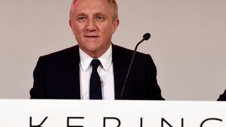 François-Henri Pinault, le PDG de Kering, lors d'une conférence de presse à Paris, le 24 avril 2019. (ERIC PIERMONT / AFP)