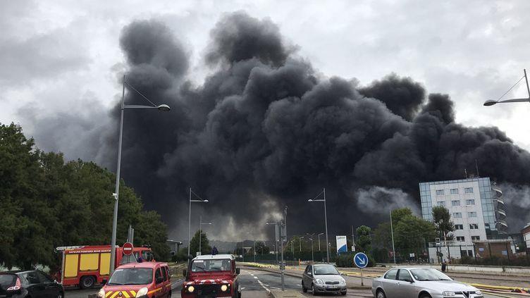 Incendie à l'usine Lubrizol à Rouen (Seine-Maritime), 26 septembre 2019. (CORALIE MOREAU / FRANCE-BLEU HAUTE-NORMANDIE / RADIO FRANCE)