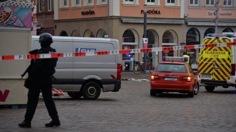 Le centre-ville de Trèves (Allemagne) est bouclé, le 1er décembre 2020, après qu'une voiture a foncé sur des piétons. (HARALD TITTEL / DPA / AFP)