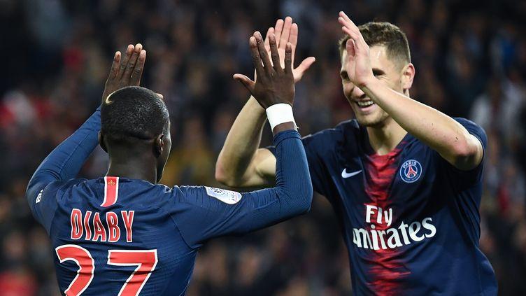 Moussa Diaby, dans tous les bons coups ce soir, offre un caviar à Thomas Meunier sur le but du 4-1. (ANNE-CHRISTINE POUJOULAT / AFP)