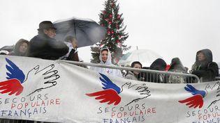 Distribution de jouets pour Noël à l'initiative duSecours populaire français (SPF) en2012. (PATRICK KOVARIK / AFP)