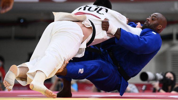 Le moment précis oùTeddy Riner commet une erreur et se faitéliminer par le RusseTamerlan Bashaev, en quart de finale des plus de 100 kilos des JO de Tokyo, le 30 juillet 2021. (FRANCK FIFE / AFP)