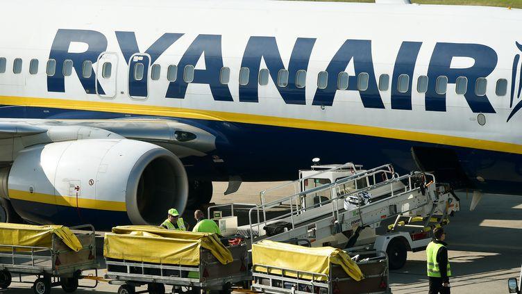 Un avion de la compagnie Ryanair, sur le tarmac de l'aéroportBerlin-Schöenefeld, en Allemagne, le 27 septembre 2016. (BERND SETTNIK / DPA-ZENTRALBILD / AFP)