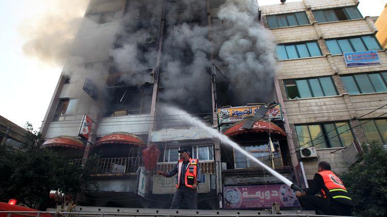 Les bombardements de l'armée israélienne ont touché un centre de médias dans la ville de Gaza ce lundi 19 novembre. (MAHMUD HAMS / AFP)