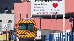 L'entrée des urgences du CHU de Lille, en pleine épidémie de coronavirus, le 25 mars 2020. (DENIS CHARLET / AFP)