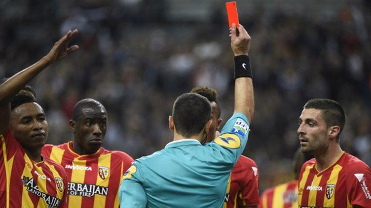 Les joueurs lensois contestent l'expulsion de Gbamin par M. Rainville (MARTIN BUREAU / AFP)