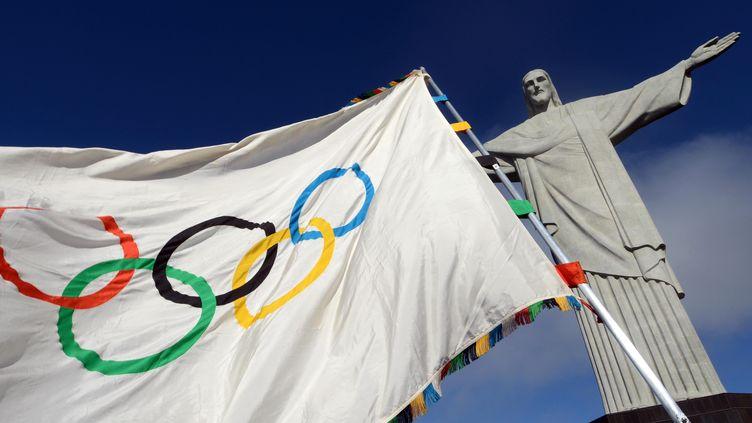 Le drapeau olympique à Rio Janeiro devant le Corcovado (J.P.ENGELBRECHT / RIO DE JANEIRO GOVERNOR OFFICE)