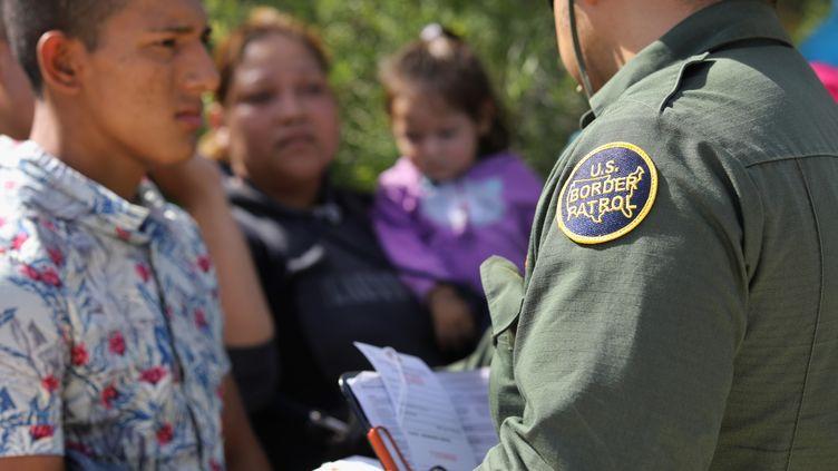 Les agents de contrôle des frontières examinent les papuers de migrants à McAllen au Texas (Etats-unis), le 12 juin 2018. (JOHN MOORE / GETTY IMAGES NORTH AMERICA)