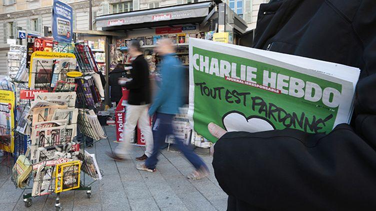 (La couverture du premier numéro de Charlie Hebdo réalisé après les attentats et paru le 14 janvier © REUTERS/Eric Gaillard)