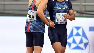 Le sprinter français Christophe Lemaitre console son équipier Jimmy Vicaut lors du relais 4x100 m messieurs des Mondiaux de Doha (Qatar) qui a tourné court pour l'équipe de France, samedi 5 octobre 2019. (PHILIPPE MILLEREAU / KMSP)
