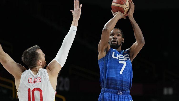 L'AméricainKevin Durant (à droite) tente un tir devant l'Espagnol Victor Clave, lors du quart de finale du tournoi olympique de Tokyo, le 3 août 2021. (ERIC GAY / AP)