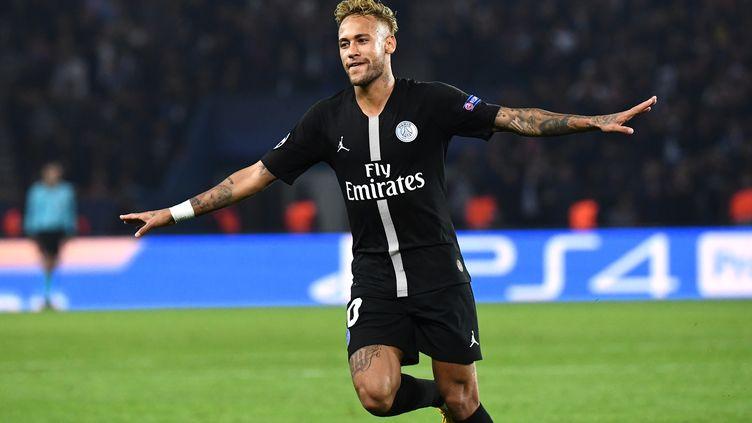 L'attaquant duParis Saint-Germain Neymar célèbre son troisième but, le 3 octobre 2018, face l'Etoile Rouge de Belgrade en Ligue des champions, auParc des Princes à Paris. (ANNE-CHRISTINE POUJOULAT / AFP)