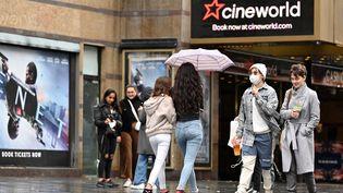 Une salle Cineworld dans le quartier londonien de Leicester Square. (JUSTIN TALLIS / AFP)