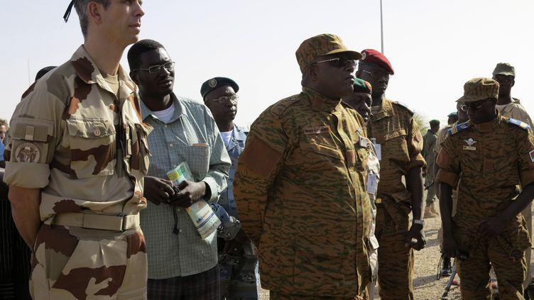 Le général de brigade Grégoirede Saint-Quentin, patron de l'opération Serval au Mali, à côté du général Nabere Honore Traoré, chef des armées du Burkina Faso, àTombouctou (Mali), le 23 avril 2013. (REUTERS )