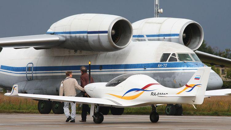 UnAerospool WT9 Dynamic(au premier plan), le modèle d'ULM avec lequel voyageait le Suisse Eric Guilloud, le 20 août 2009 à Moscou (Russie). (ILIYA PITALEV / RIA NOVOSTI / AFP)