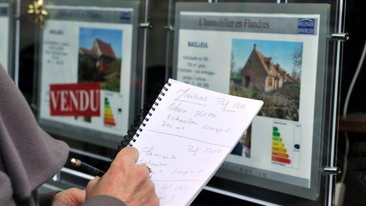 Les taux d'intérêt des crédits immobiliers accordés aux particuliers par les banques en France ont atteint, en avril 2013, un nouveau plus bas historique, à 3%, selon une étude de l'Observatoire Crédit Logement/CSA publiée lundi 6 mai 2013. (PHILIPPE HUGUEN / AFP)