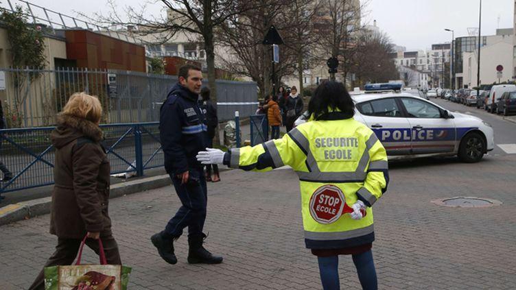 (Présence policière à l'école d'Aubervilliers où un enseignant a été agressé ce lundi © SIPA/AP/Michel Euler)