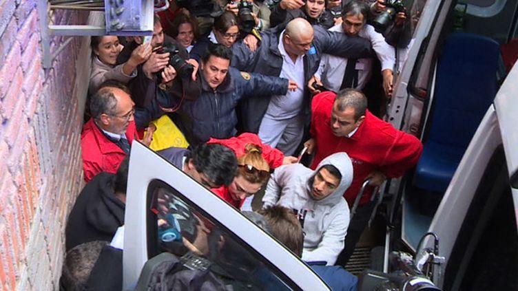 Luis Suarez sort de l'hôpital de Montevideo jeudi, après son opération (NICOLAS GARCIA / AFP)