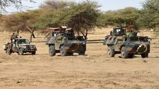 Des soldats français engagés dans l'opération Barkhane patrouillent à Timbamogoye, au Mali,le 10 mars 2016. (PASCAL GUYOT / AFP)