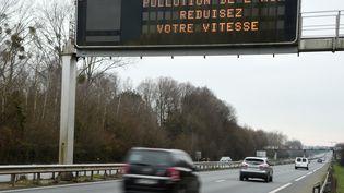 Un panneau annonçant un pic de pollution atmosphérique, le 1er janvier 2015, près de Rennes (Ille-et-Vilaine). (DAMIEN MEYER / AFP)