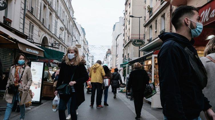 Des passants, rue Daguerre, à Paris, le 7 novembre 2020. (LUCAS BOIRAT / HANS LUCAS / AFP)