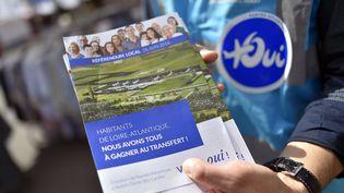 Un militant pro-Notre-Dame-des-Landes distribue un tract à Nantes, le 22 juin 2016. (LOIC VENANCE / AFP)
