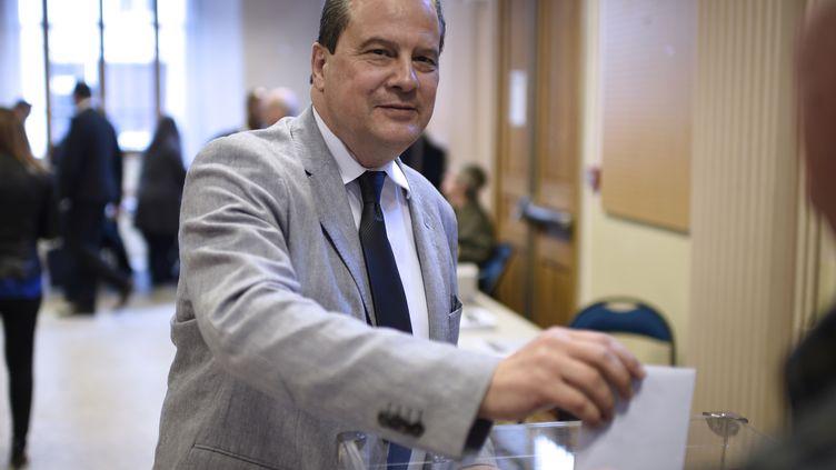 Le Premier secrétaire du Parti socialiste, Jean-Christophe Cambadélis, vote pour choisir parmi les quatre motions soumises aux militants, le 21 mai 2015 à Paris. (MARTIN BUREAU / AFP)