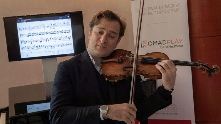 Le violoniste Renaud Capuçon pratiquant avec l'application NomadPlay, qui permet à un instrumentaliste d'être accompagné virtuellement par un orchestre, le 16 avril 2019 à Aix-en-Provence. (CHRISTOPHE SIMON / AFP)