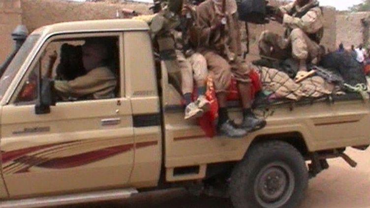 Des combattants du groupe islamiste Ansar Dine à Tombouctou, dans le nord du Mali, le 3 avril 2012. (AFPTV / FRANCE 2 )