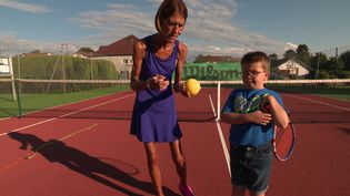 Laure Joineau et Ilyès en plein cours de tennis sonore. (France 3 Franche-Comté)