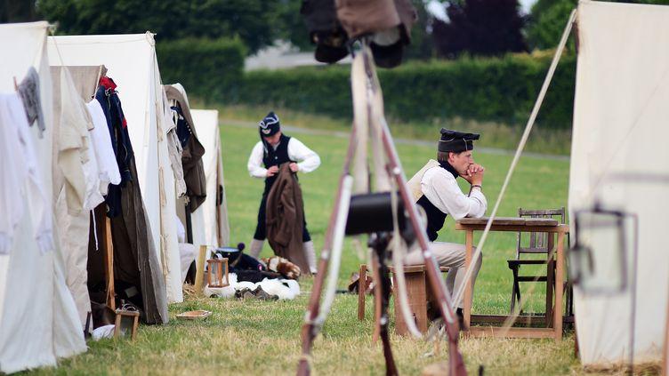 Des reconstitueurs de la bataille de Waterloo (Belgique), le 17 juin 2015. (EMMANUEL DUNAND / AFP)