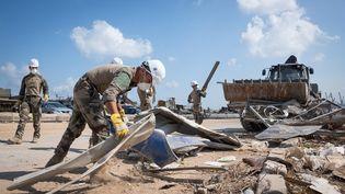 Des militaires français déblaient des hangars détruits sur le port de Beyrouth au Liban samedi 22 août 2020. (Armée française)