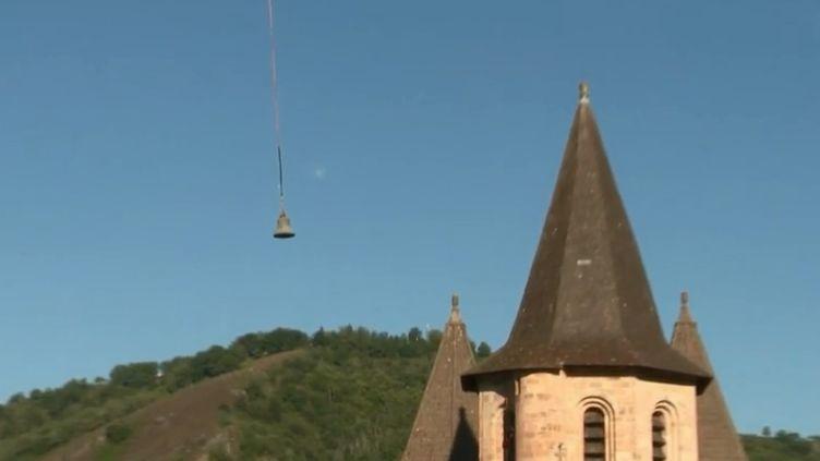 En Aveyron s'est déroulé une opération exceptionnelle ce mercredi 18 juillet au matin autour de l'abbaye Sainte-Foy de Conques. Trois des quatre cloches de l'édifice ont été emportées par un hélicoptère. Une mission de restauration très délicate. (FRANCE 2)