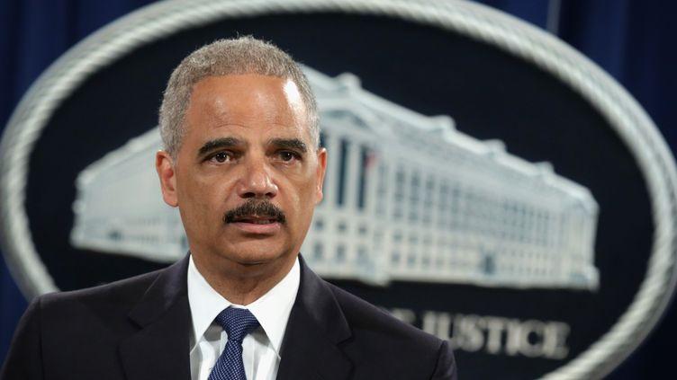 Le procureur général américain Eric Holder annonce l'inculpation de cinq responsables de l'armée chinoise pour cyberespionnage, le 19 mai 2014, à Washington (Etats-Unis). (ALEX WONG / GETTY IMAGES NORTH AMERICA / AFP)