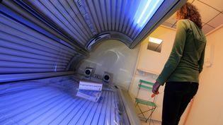 Une cabinde de bronzage à Paris le 22 août 2007. (THOMAS COEX / AFP)