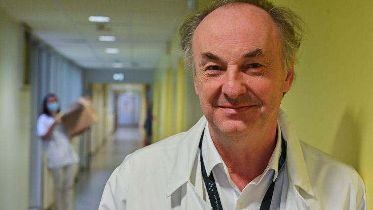 Bruno Lina, professeur au CHU de Lyon, appelle à un dévellopement des centres de prélèvements pour accélérer les tests de dépistage du coronavirus. (PHILIPPE DESMAZES / AFP)