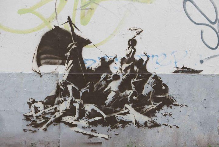 """Banksy sur un mur du centre-ville de Calais : """"We're not all in the same boat"""".  (Banksy.co.uk)"""