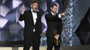 """David Benioff et D.B Weiss recoivent un prix aux Emmy Awards pour """"Game of Thrones"""", le 18 septembre 2016. (CHRIS PIZZELLO / AP / SIPA)"""