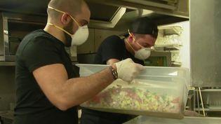 """Pour soutenir les soignants, des chefs cuisiniers et artisans se sont regroupés dans un collectif, baptisé """"Solidaire"""", pour fournir des repas au personnel des hôpitaux. Ils récupèrent la marchandise de grands magasins, puis livrent dans toute l'Île-de-France. (France 2)"""